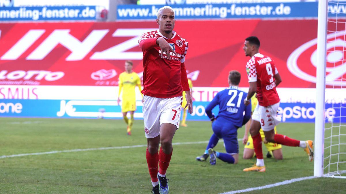 Robin Quaison bejubelt seinen Siegtreffer gegen den SC Freiburg