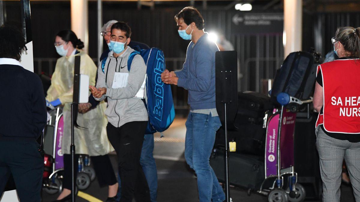 Lørdag ankom tennisprofilene Adelaide i Australia, før de reiste videre til Melbourne. Her ved Rafael Nadal. Det er ikke klart hvem som har testet positivt for koronaviruset.