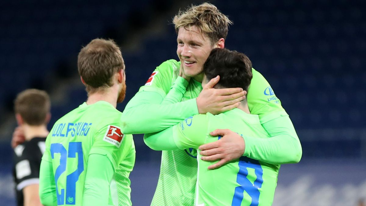 VfL Wolfsburg: Renato Steffen jubelt mit Maximilian Arnold und Wout Weghorst