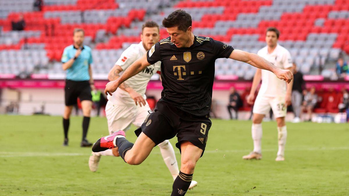 Lewandowski scores his record-breaking goal for Bayern