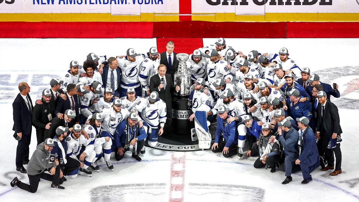Хоккеисты «Тампы» позируют перед вручением Кубка Стэнли