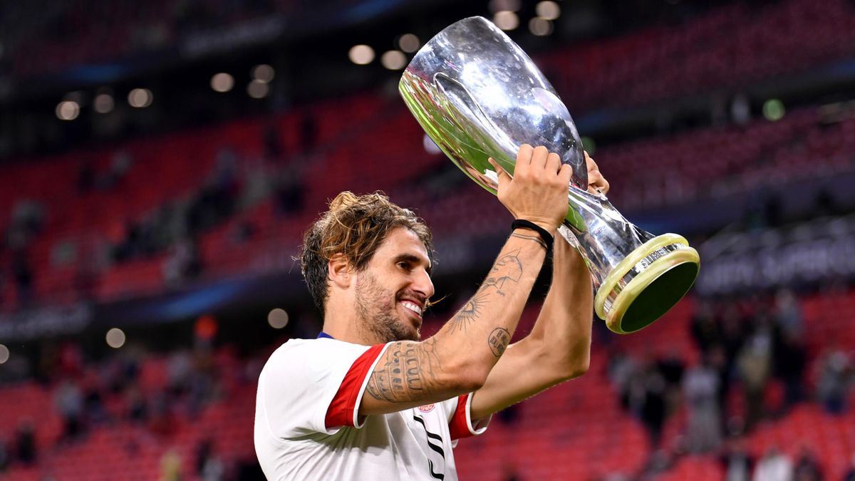 Javi Martínez streckt den Supercup in die Höhe