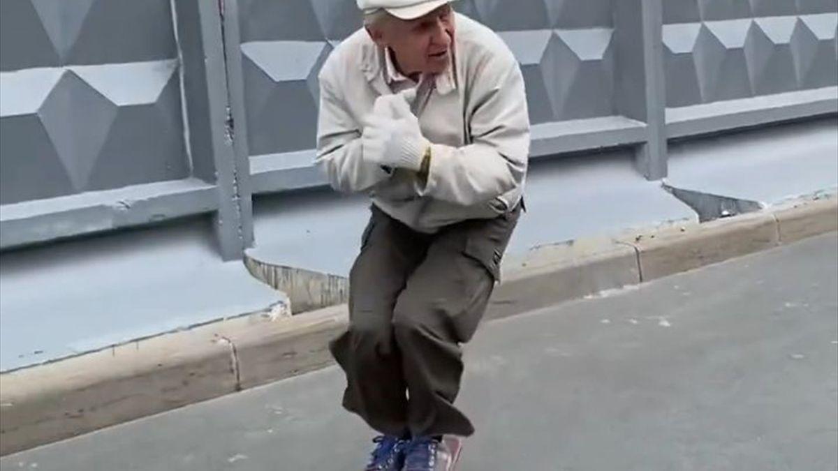 Пенсионер на скейтборде
