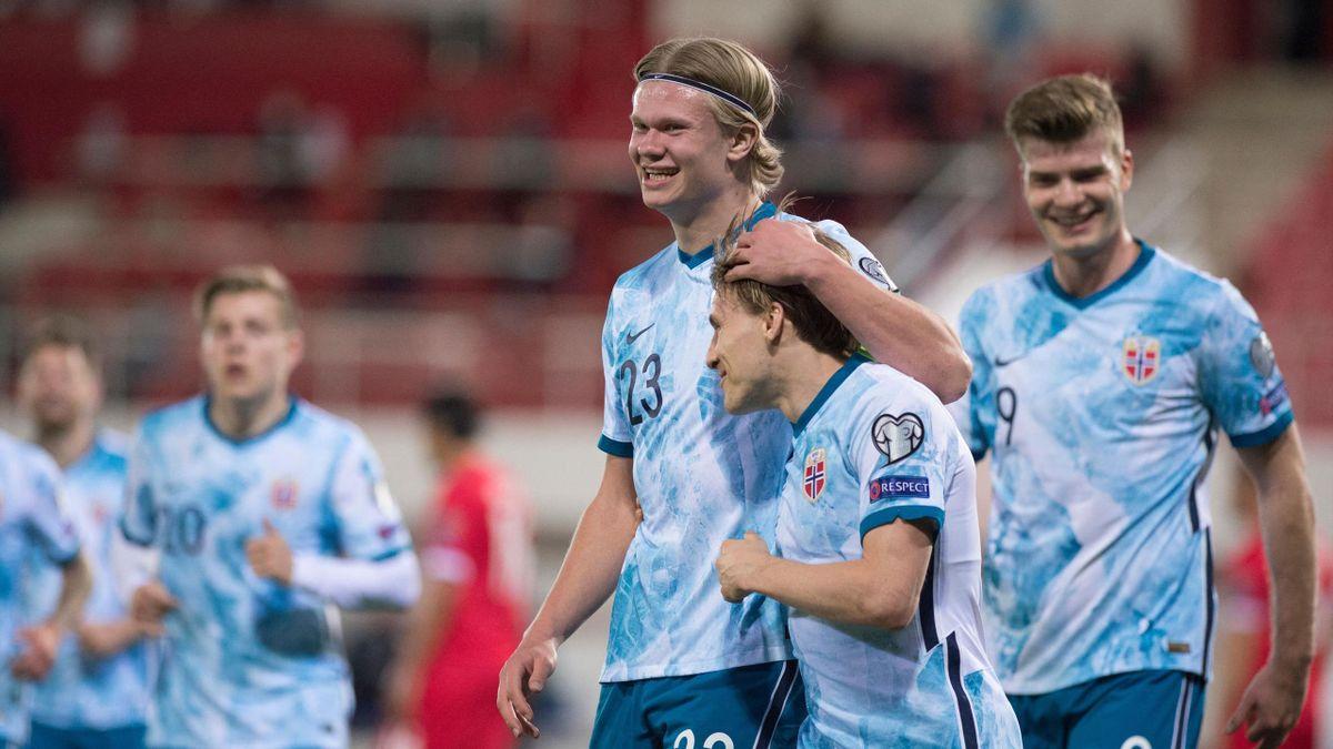 Erling Braut Haaland omfavner Jonas Svensson under kampen mot Gibraltar.