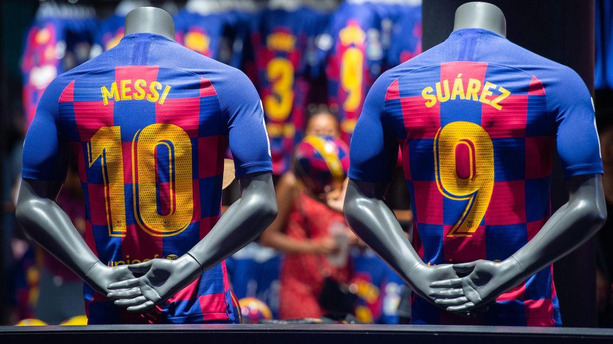 Deux maillots du FC Barcelone saison 2019-2020, floqués aux noms de Messi et Suarez.