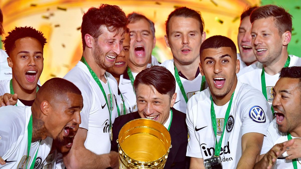 Niko Kovac (C) and Frankfurt's players celebrate with the trophy