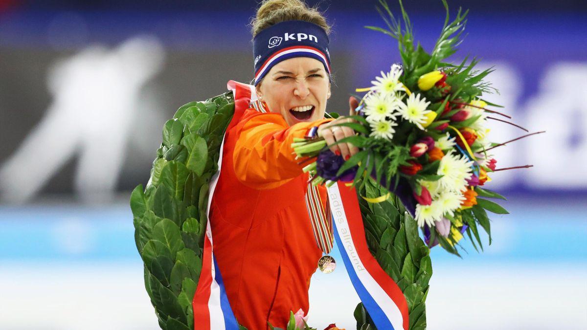 Ireen Wüst (Nederland) viert de gouden medaille bij het ISU EK Allround op dag 2 van het ISU EK Schaatsen in Thialf op 7 januari 2017 in Heerenveen, Nederland.