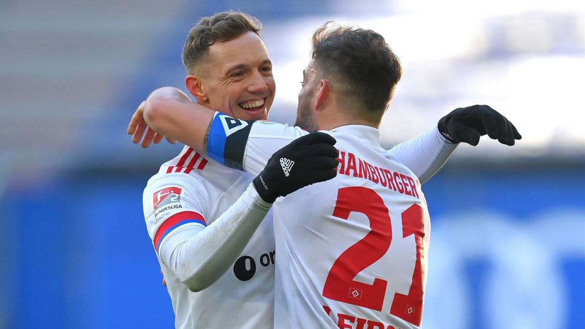 Die beiden Hamburger Sonny Kittel (l.) und Tim Leibold jubeln über das 2:0 gegen den SC Paderborn