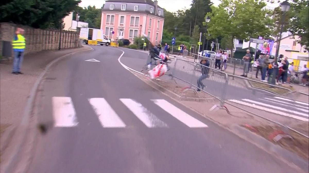'Woah! Very nasty' – Mollema flips over handlebars in huge crash