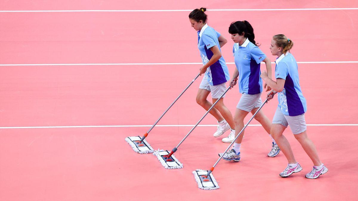 Волейбольный корт и девушки