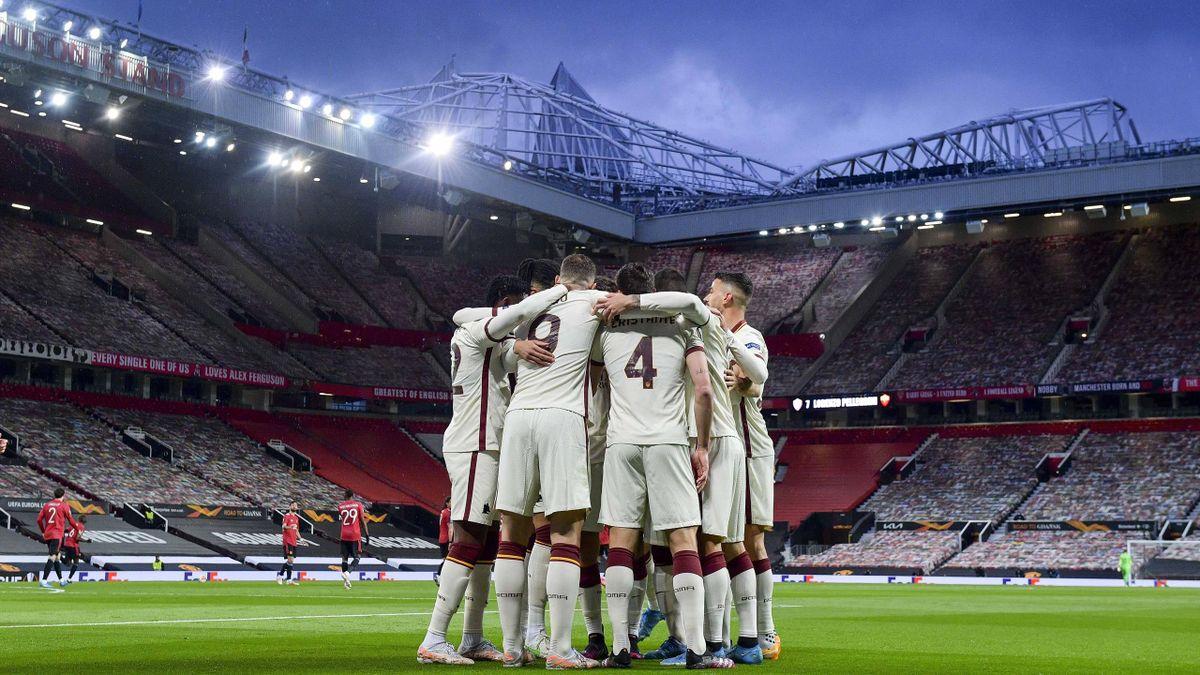 Una spettacolare foto dell'abbraccio della Roma dopo il gol al Manchester United nella semifinale di Europa League