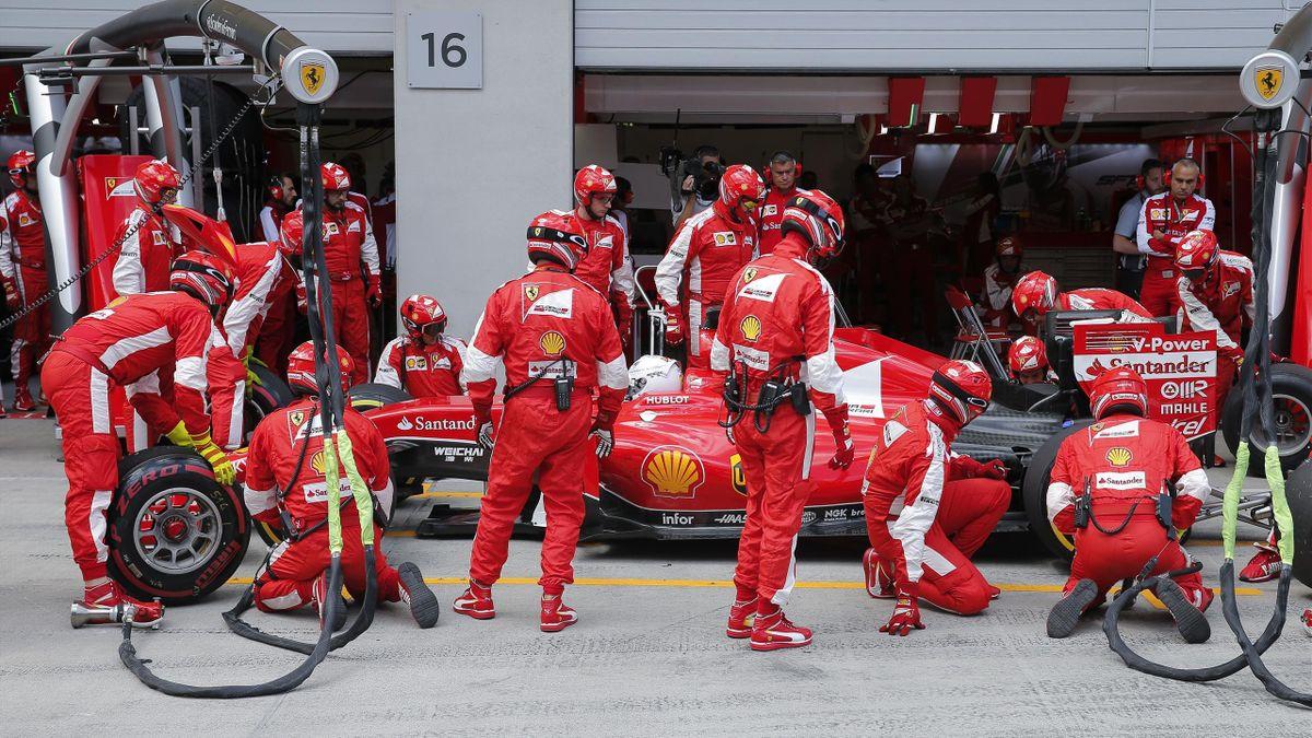 Sebastien Vettel (Ferrari) dans les stands, sur le circuit de Spielberg - Grand Prix d'Autriche 2015