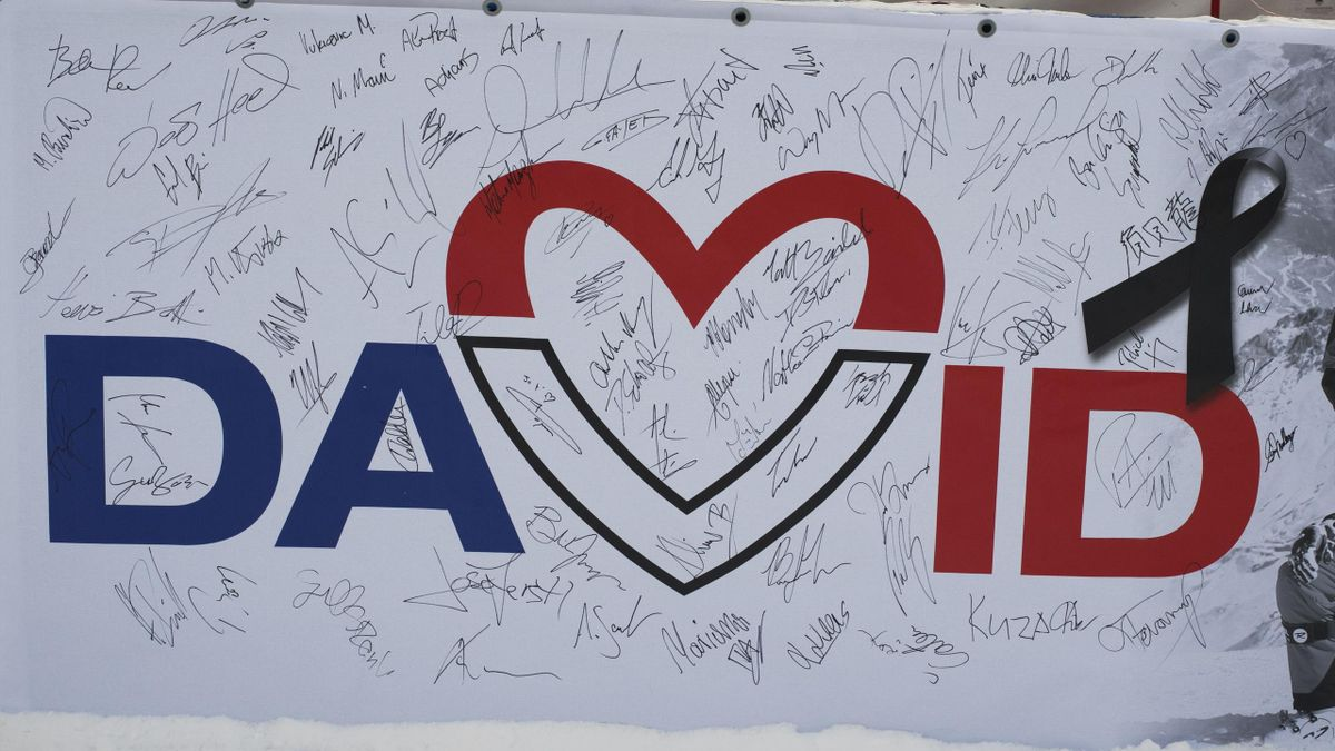 De banner ter nagedachtenis aan de overleden David Poisson (FRA), tijdens de wereldbekerwedstrijden in Lake Louise, Canada (25 november 2017)