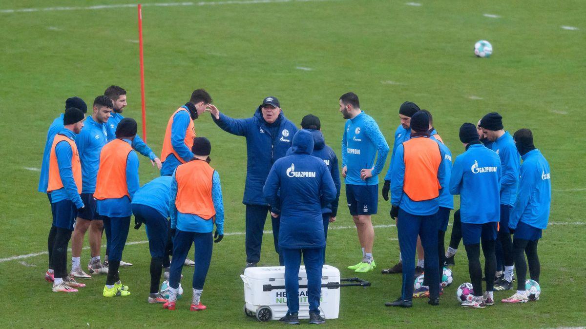 Schalke-Trainer Christian Groß beim Training mit seinen Spielern. Im Falle eines Abstiegs drohen dem Klub zahlreiche Abgänge