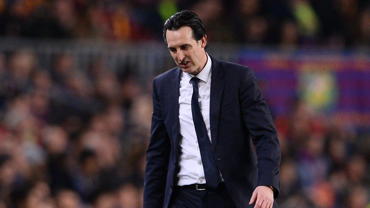 Unai Emery quitte la pelouse du Camp Nou après la défaite du PSG à Barcelone