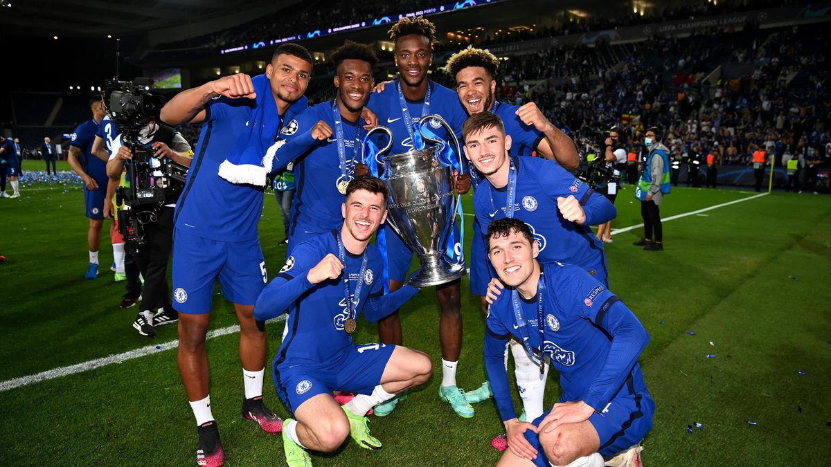 Faustino Anjorin, Callum Hudson-Odoi, Tammy Abraham, Christian Pulisic, Mason Mount, Billy Gilmour, Andreas Christensen of Chelsea with the UEFA Champions League Trophy during the UEFA Champions League Final between Manchester City and Chelsea FC at Estad