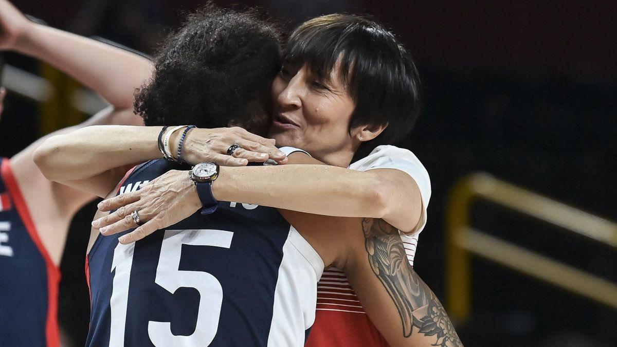 Gabrielle Williams et la sélectionneuse de l'équipe de France Valérie Garnier aux Jeux Olympiques de Tokyo 2020