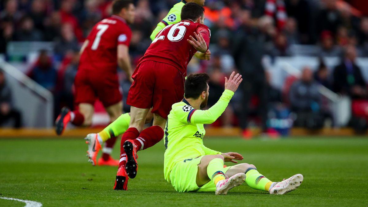Messi, en suelo, tras la colleja que le dio Robertson