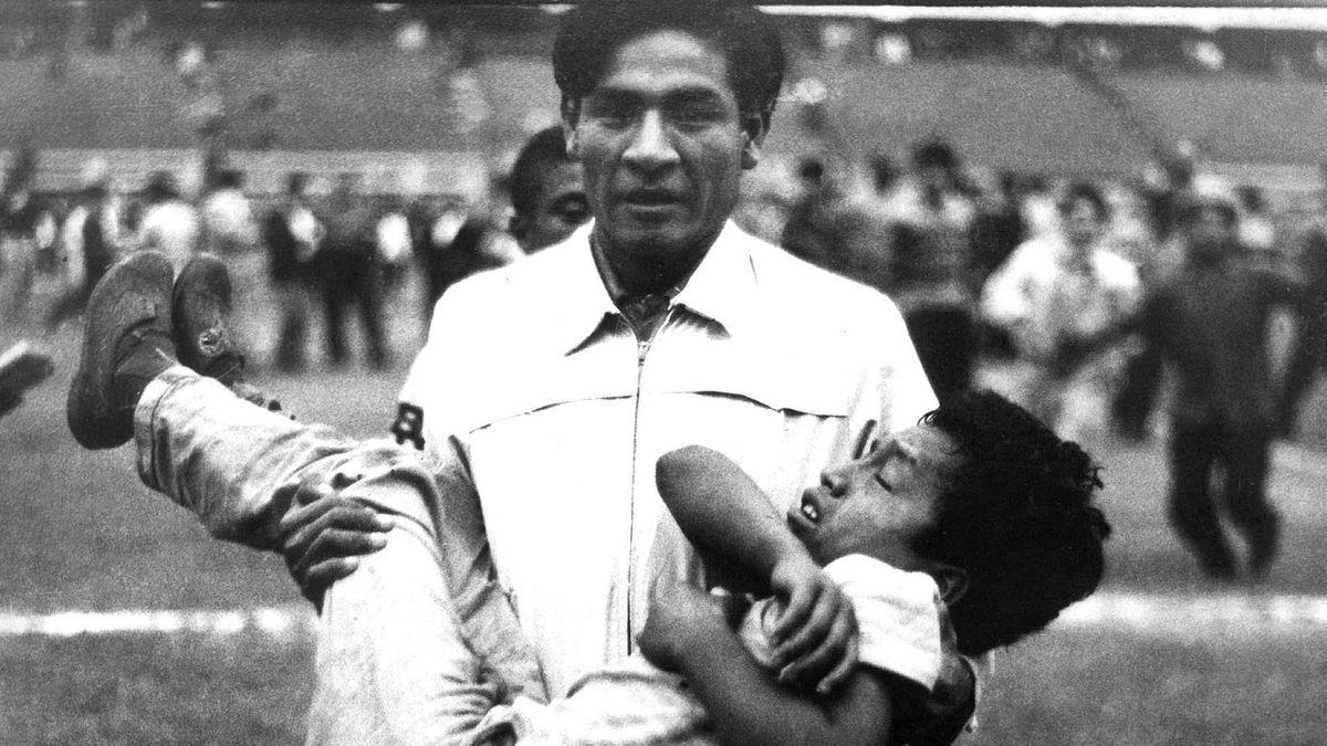 Ein Verwundeter wird bei der Stadion-Katastrophe vom 24. Mai 1964 in Lima vom Platz getragen (AFP PHOTO / IPD)