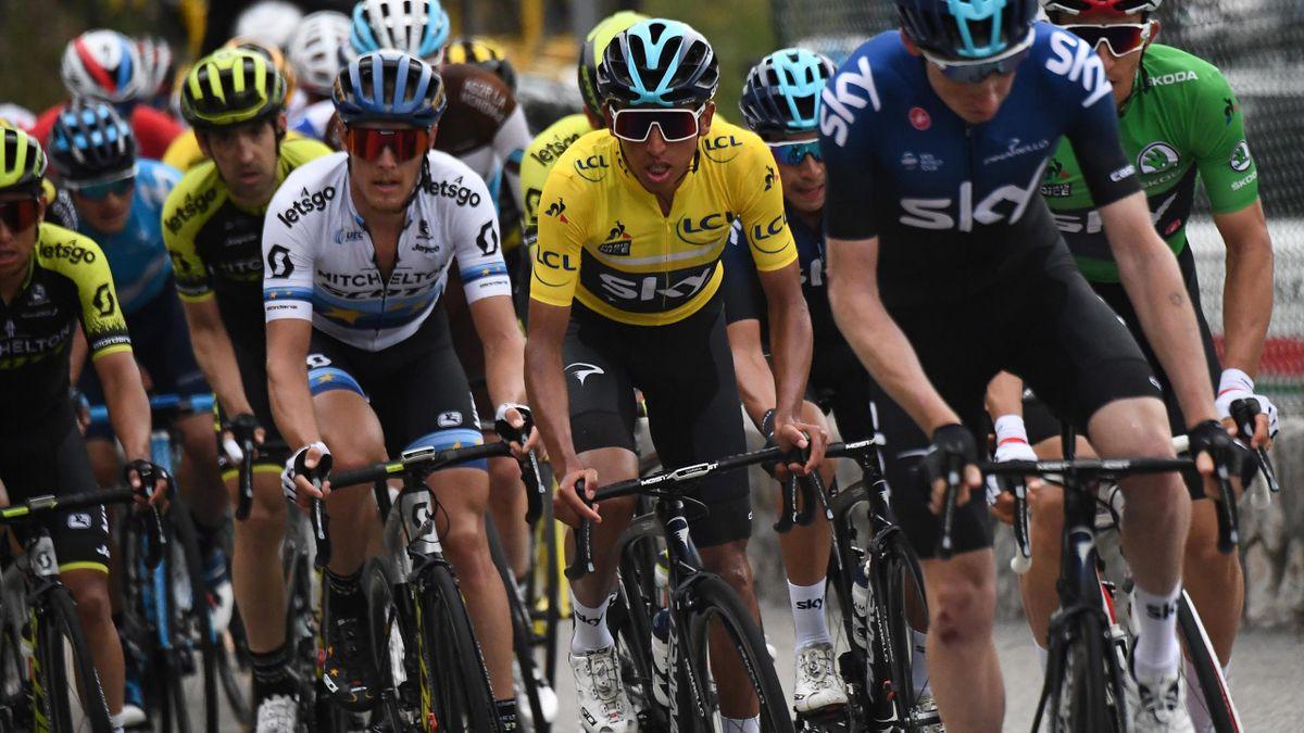 Egan Bernal (Sky) dans la roue de ses équipiers lors de la 8e et dernière étape de Paris-Nice