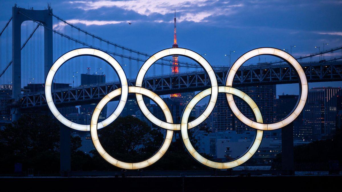 Die Olympischen Ringe vor der Skyline von Tokio
