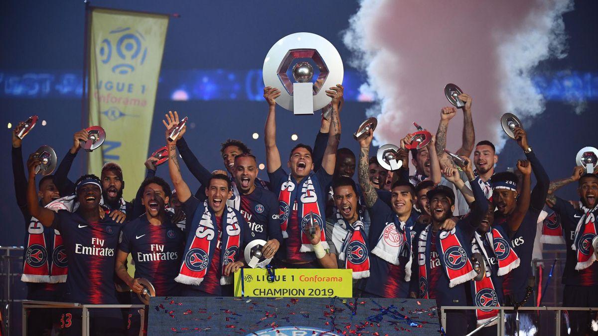 Les joueurs du PSG soulèvent le trophée de champion de France