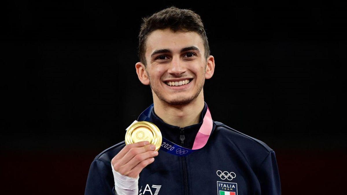 Vito Dell'Aquila con la medaglia d'oro vinta a Tokyo 2020 nel taekwondo