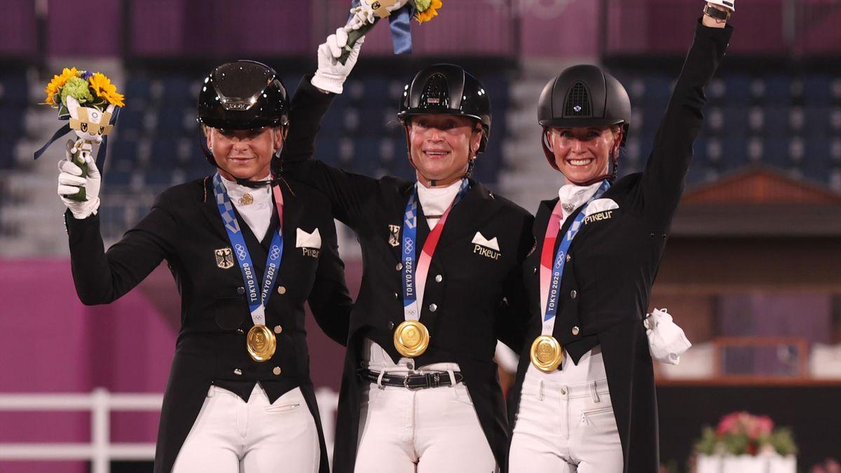 Dorothee Schneider, Isabell Werth und Jessica von Bredow-Werndl (v.l.) holten Gold