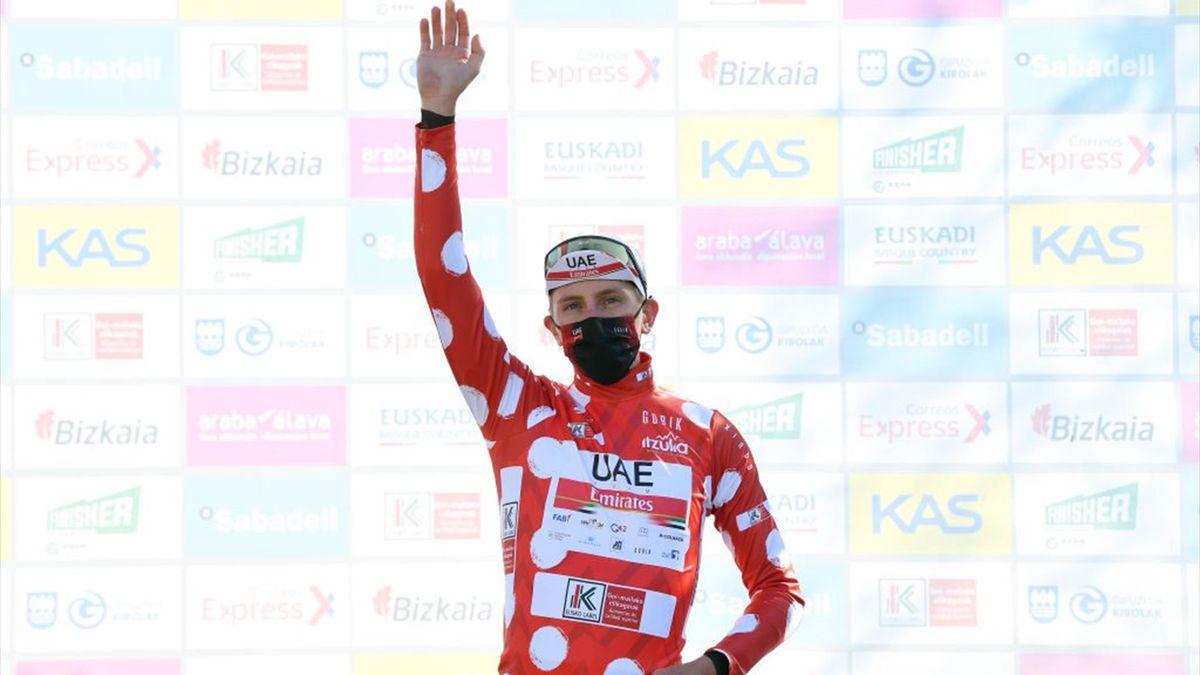 Tadej Pogacar sul podio di Laudio con la maglia a pois di miglior scalatore - Giro dei Paesi Baschi 2021, tappa 3 - Getty Images