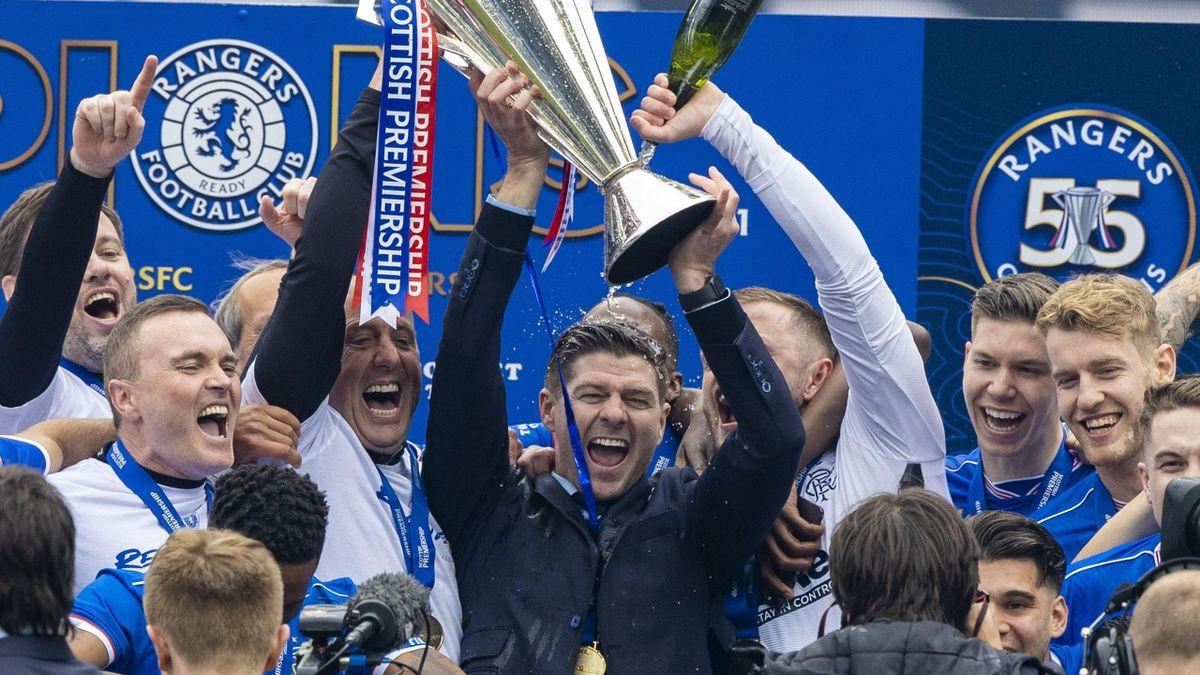 Les Glasgow Rangers de Steven Gerrard célèbrent leur titre de champion d'Ecosse au terme d'une saison sans la moindre défaite