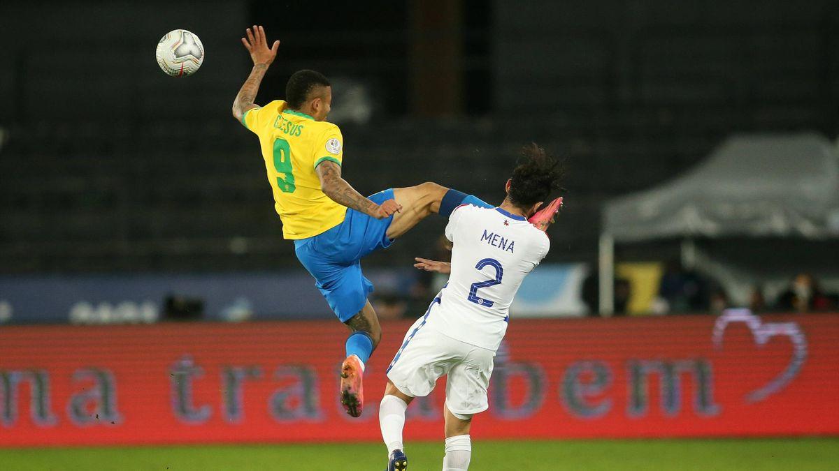 Gabriel Jesus a donné un vilain coup de pied à Eugenio Mena en quart de finale de la Copa América, le 2 juillet 2021.