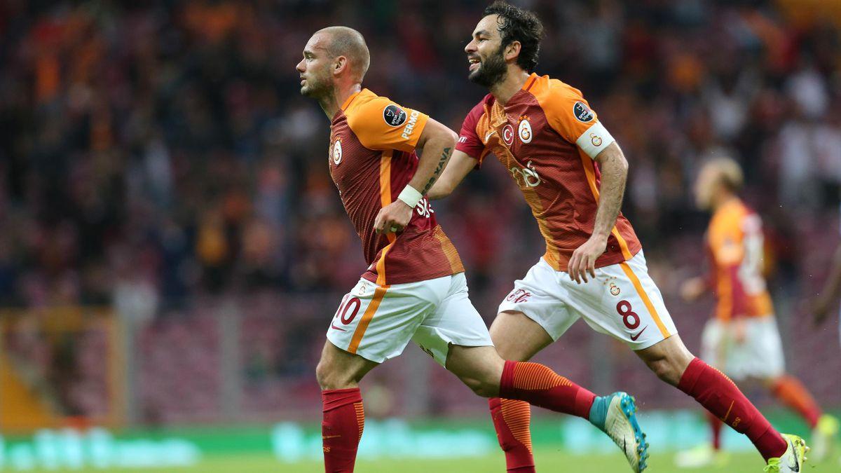 Wesley Sneijder (10) gol sevincini takım arkadaşı Selçuk İnan (8) ile
