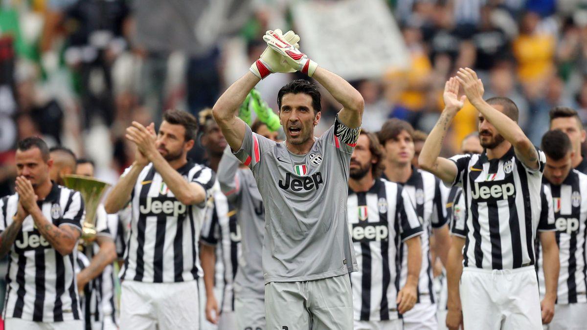 Gianluigi Buffon et les Juventini saluent le public du Juventus Stadium
