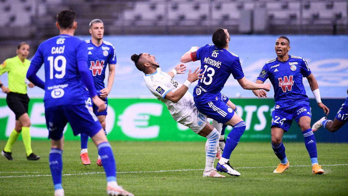 Payet au duel avec Mitrovic lors du match opposant Marseille à Strasbourg, le 30 avril 2021, en Ligue 1