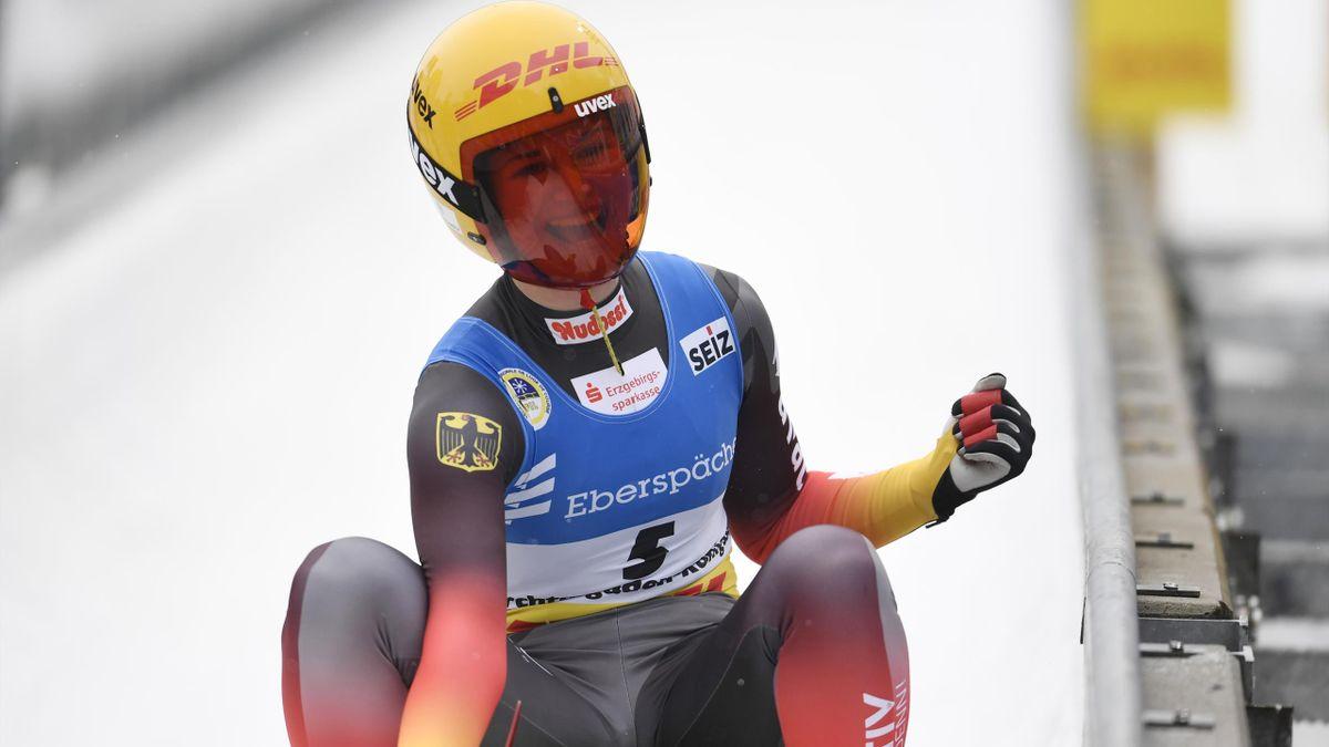 Julia Taubitz jubelt über ihren WM-Sieg im Einzelrennen der Damen