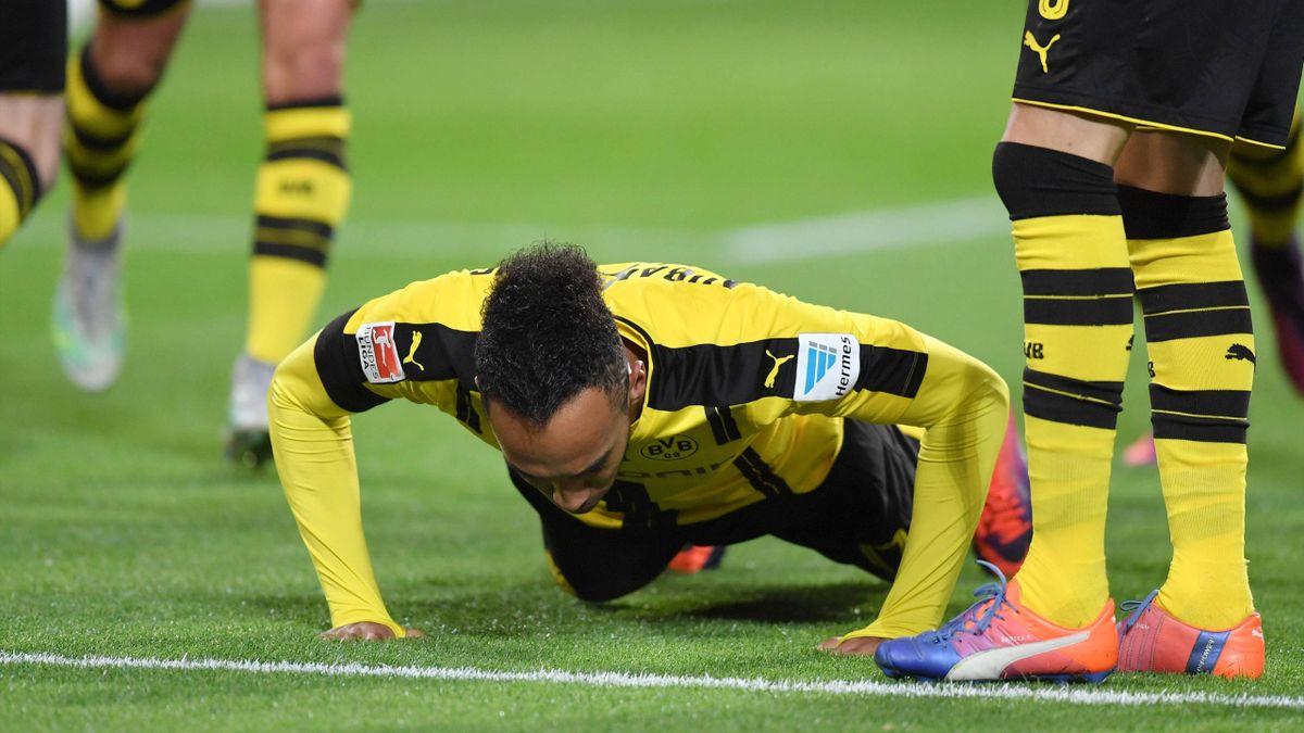 19.11.2016, Fussball GER, 1. Bundesliga Saison 2016 2017, 11. Spieltag, Borussia Dortmund - FC Bayern Muenchen, Pierre-Emerick Aubameyang, Pierre Emerick Aubameyang (Borussia Dortmund) macht nach seinem Tor zum 1:0 Liegestuetze  19 11 2016 Football ger 1