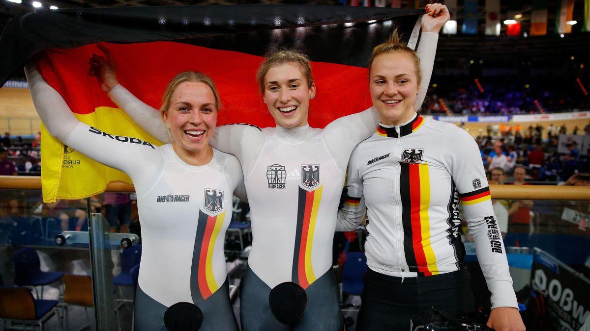 Emma Hinze, Pauline Sophie Grabosch und Lea Sophie Friedrich (v. l. n. r.) jubeln über WM-Gold