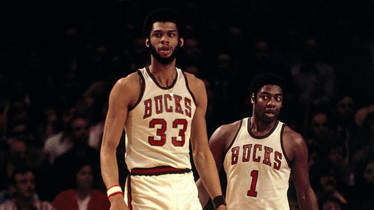 Oscar Robertson al fianco di Kareem Abdul-Jabbar durante le Finals NBA del 1974 tra Milwaukee Bucks e Boston Celtics.
