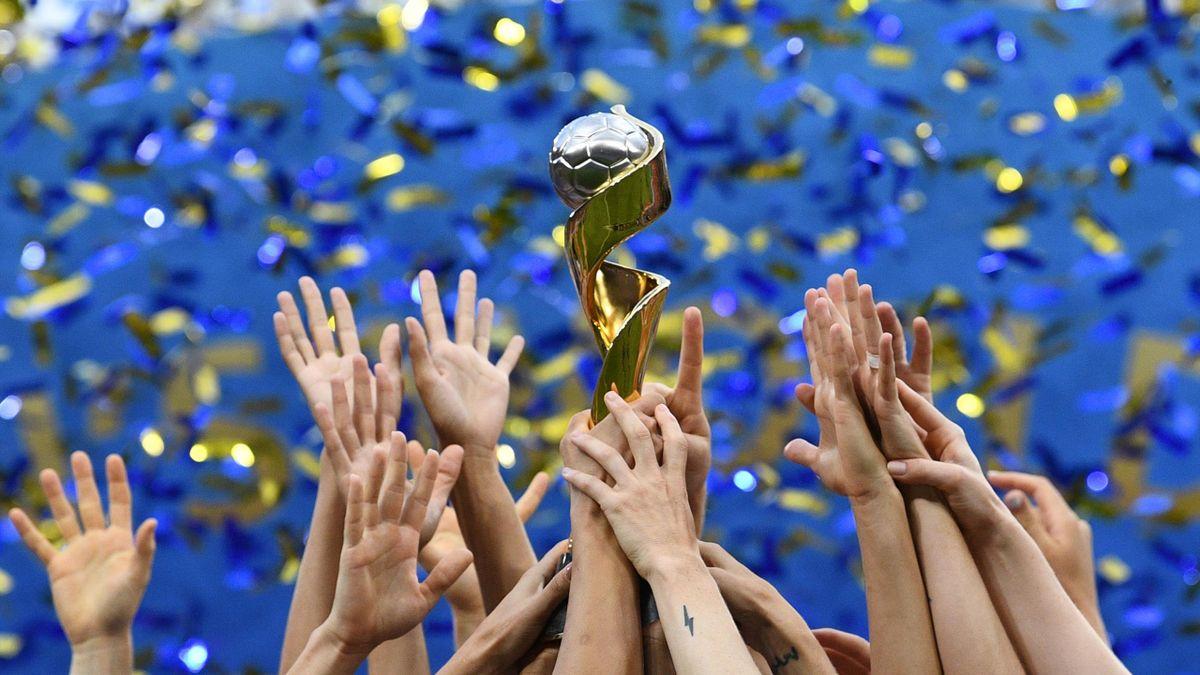 Les Américaines lèvent le trophée de la Coupe du monde après l'avoir remportée, le 7 juillet 2019 à Lyon.