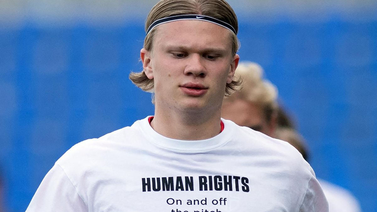 Norway's forward Erling Braut Haaland wears a t-shirt with the slogan 'Human rights, on and off the pitch' as he warms up before the FIFA World Cup Qatar 2022 qualification football match between Norway and Turkey