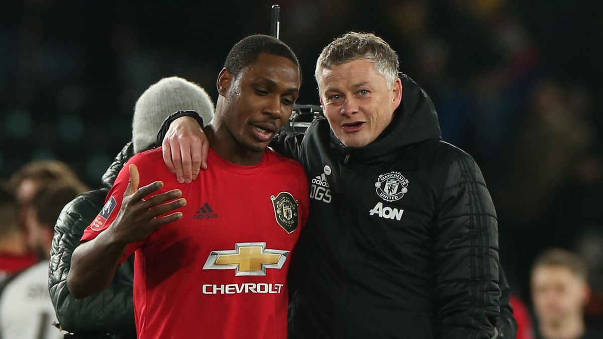 Manchester United's Norwegian manager Ole Gunnar Solskjaer (R) talks to Manchester United's Nigerian striker Odion Ighalo
