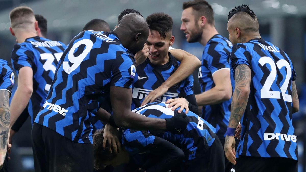 Nicolo Barella of FC Internazionale celebrates after scoring his team's second goal with team mates during the Serie A match between FC Internazionale and Juventus at Stadio Giuseppe Meazza