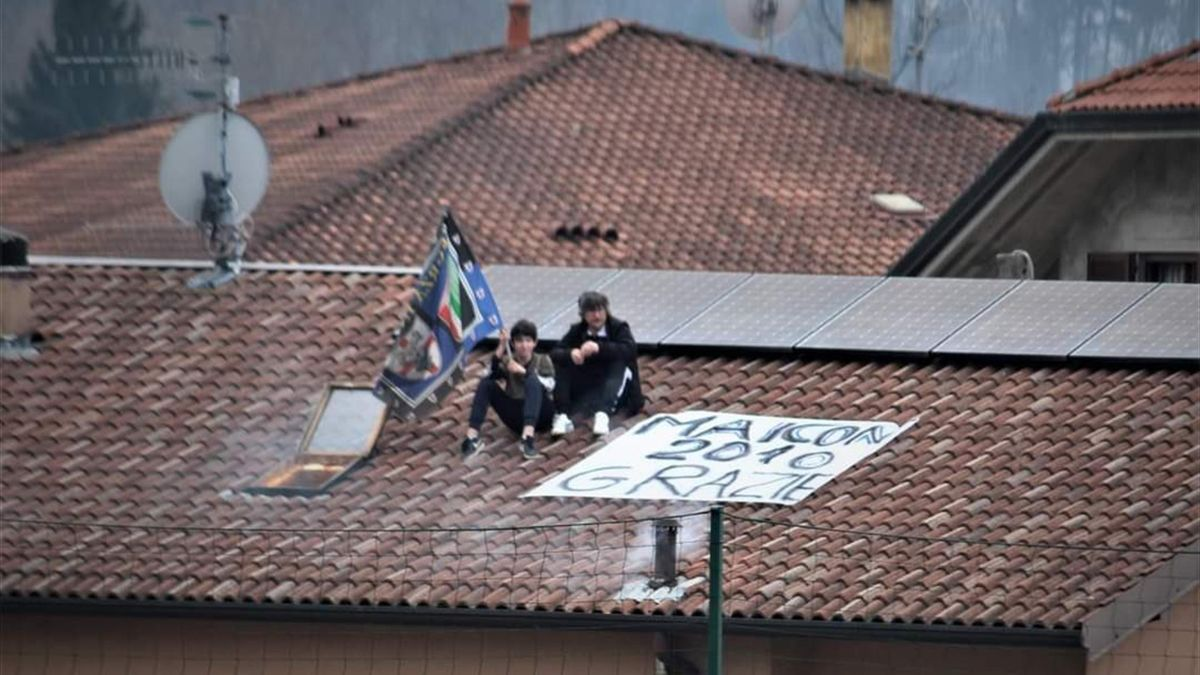 Tifosi sul tetto per vedere Maicon, Serie D, Villa Valle-Sona (Credit foto Pierfrancesco Gallizzi)
