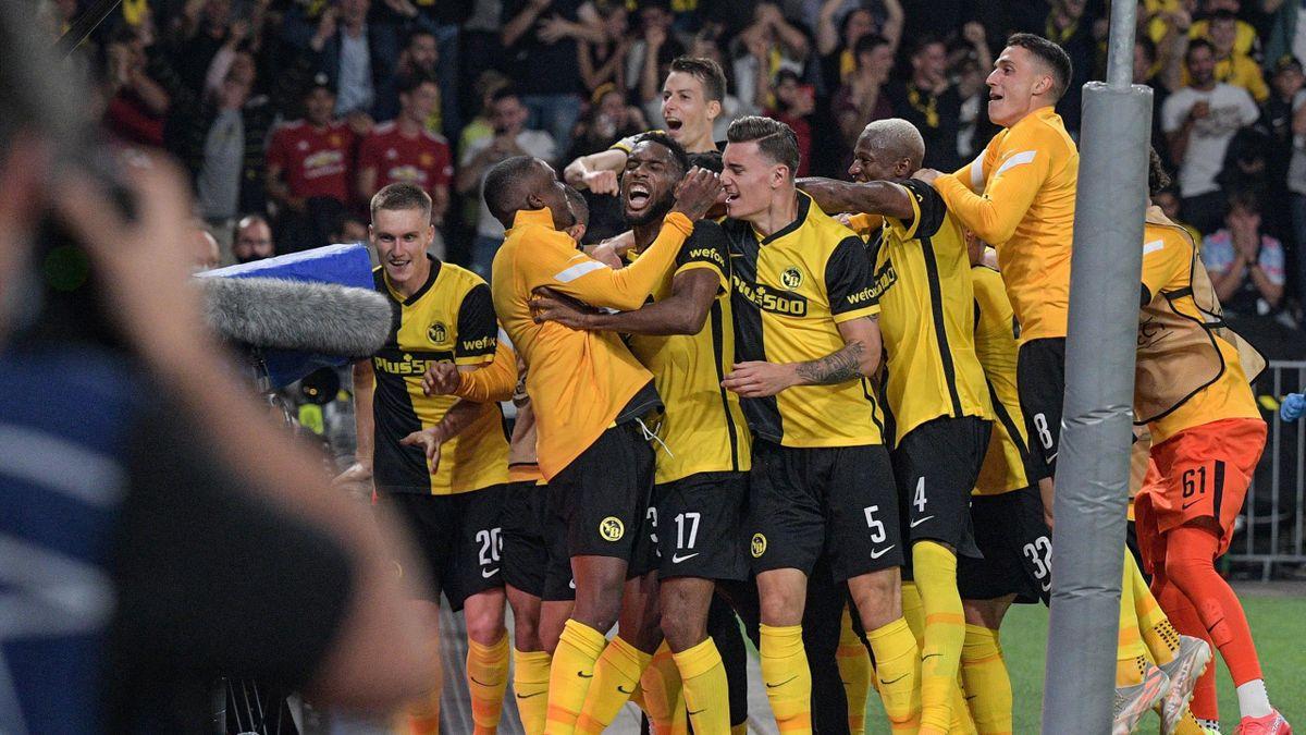Die Spieler von den Young Boys Bern bejubeln den Sieg gegen Manchester United