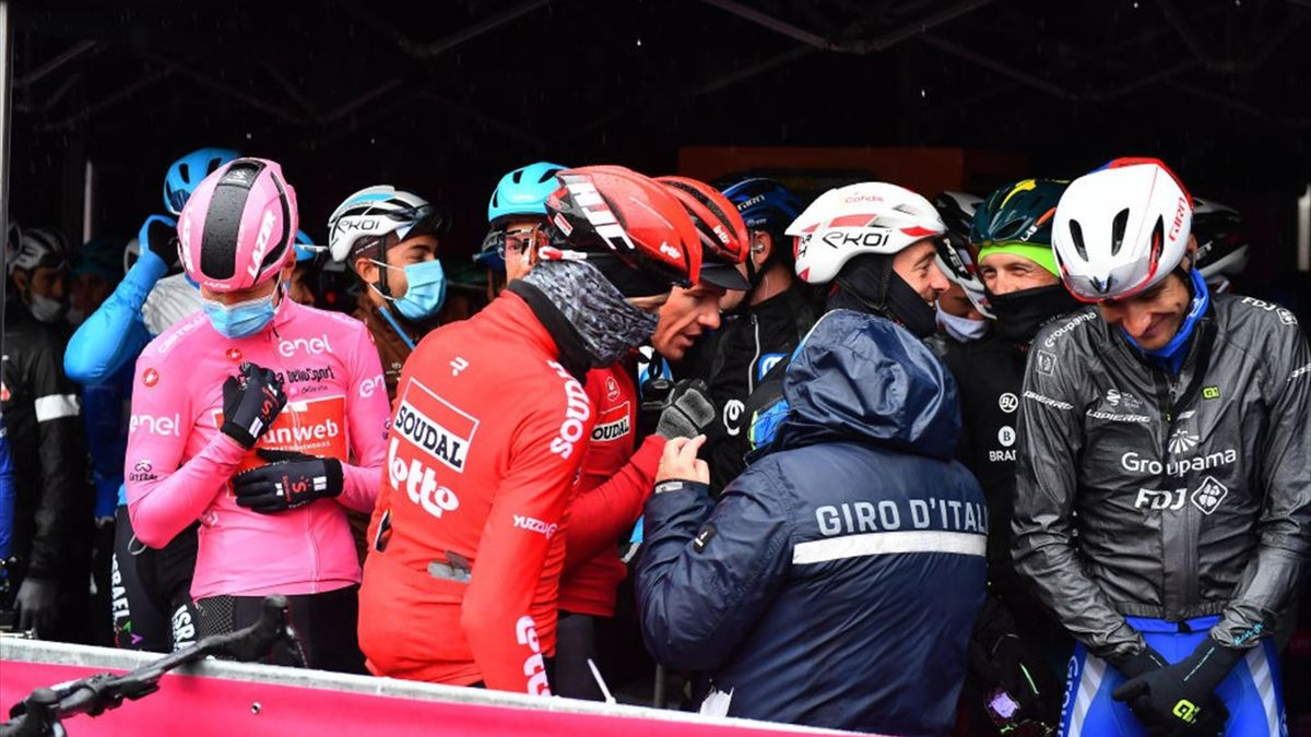 Riders in talks ahead of Stage 19 at the Giro d'Italia