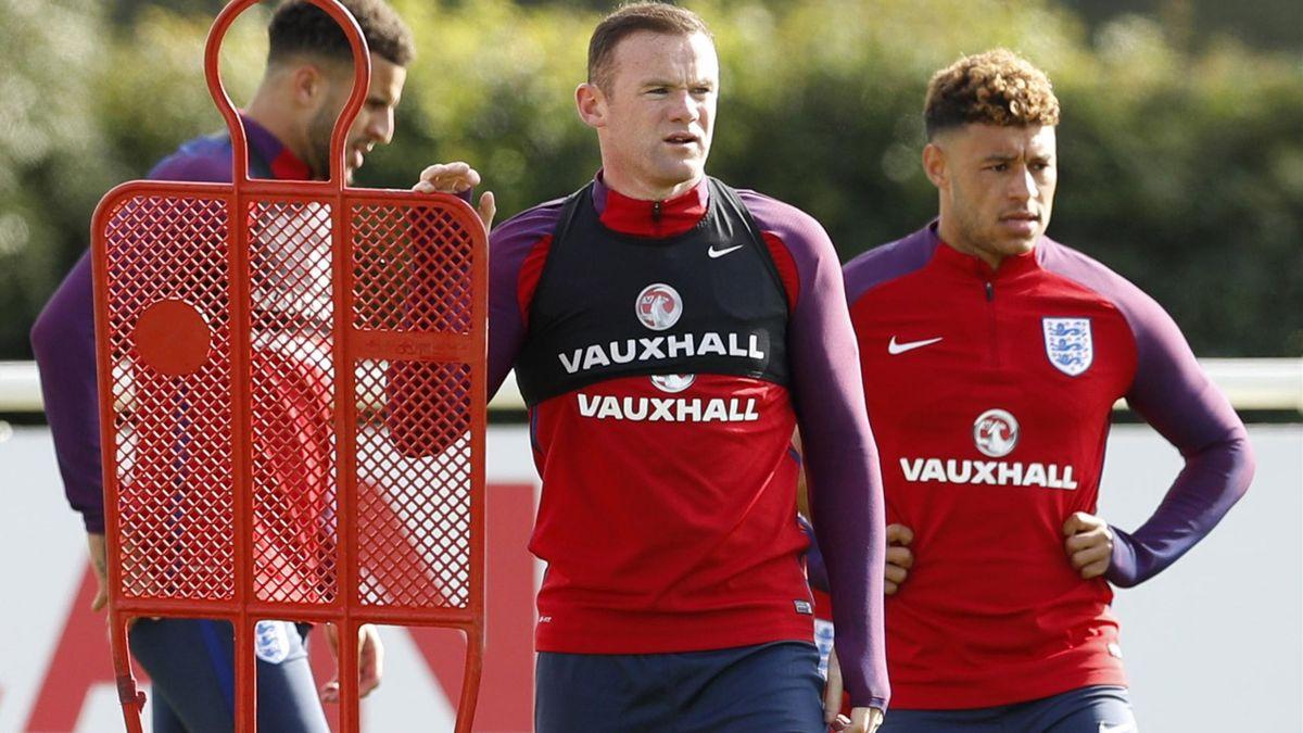 England's Wayne Rooney and Alex Oxlade-Chamberlain during training.