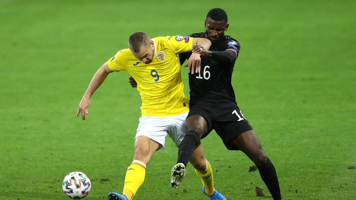 DFB-Nationalspieler Antonio Rüdiger (r.) im Zweikampf mit dem Rumänen George Puscas