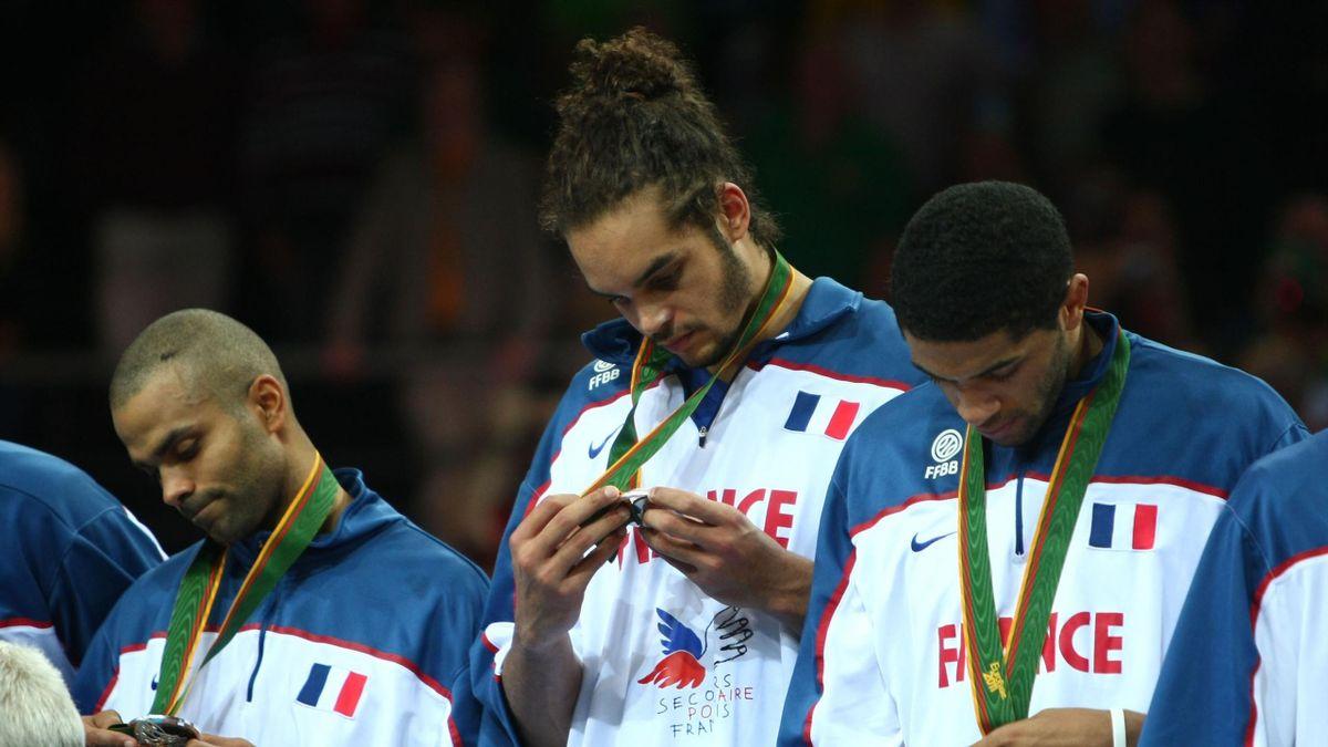 Joakim Noah avec sa médaille d'argent en 2011 aux Championnats d'Europe
