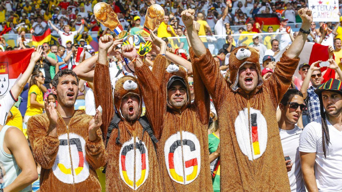 Die deutschen Fans feiern Bundestrainer Joachim Löw bei der WM 2014.