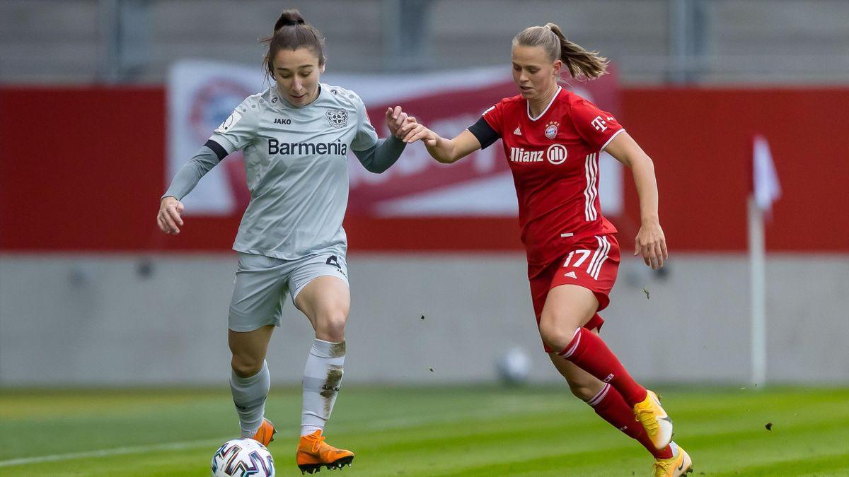 Sylwia Matysik (links; Bayer Leverkusen) im Zweikampf mit Klara Bühl (FC Bayern) - Frauen-Bundesliga